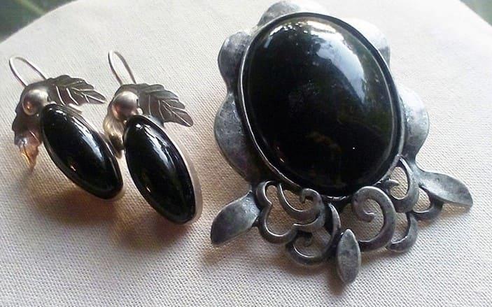 Гагат камень Лечебные и магические свойства Кому подходит по знаку зодиака Черный гагат суеверия, мистика и история