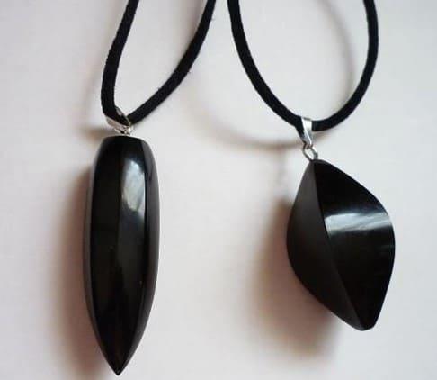 Гагат камень: мистические и лечебные свойства, кому подходит по знаку, как использовать амулет