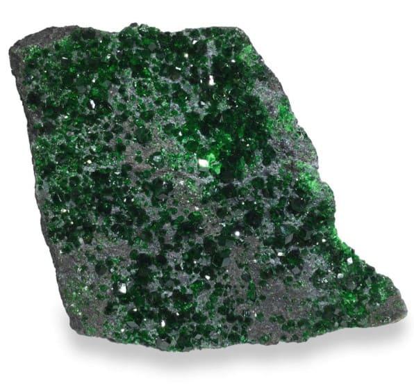 Камень зеленый гранат Лечебные и магические свойства уваровита Кому подходит по знаку Как носить и ухаживать за зеленым гранатом