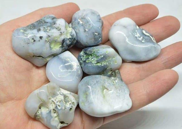 Кахолонг камень Магические и целебные свойства Кому подходит по знаку зодиака Белый камень кахолонг с серыми и черными прожилками свойства