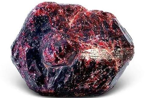 Пиропы: что это за камень, свойства богемских гранатов, кому подходят